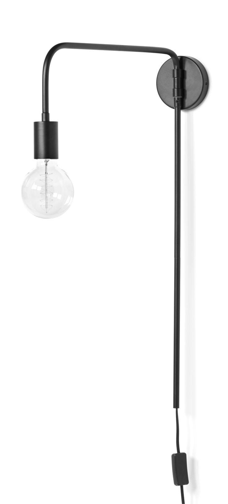 Lättplacerad vägglampa med synlig ljuskälla som ligger rätt i tiden. Du justerar lätt var du vill att ljuskällan ska vara då armen är justerbar i sidled. Toppa lampan med dekorativ ljuskälla för rätt känsla.