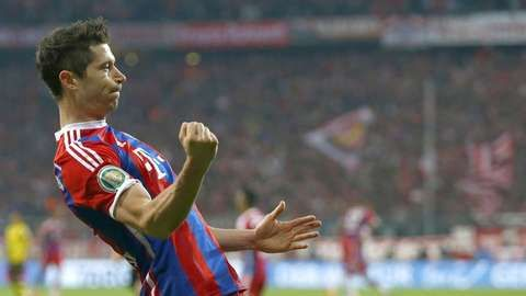 Bayern Munich striker Robert Lewandowski scores