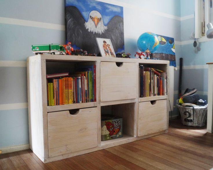Los chicos a medida que crecen, crecen también sus posesiones, juguetes, libros, ropa, trofeos. Por eso se diseño esta biblioteca/comoda con cajones y estantes para ubicar los libros y a su vez aumentar el espacio de guardado. Medidas 1.30 x 0.40 x 0.80