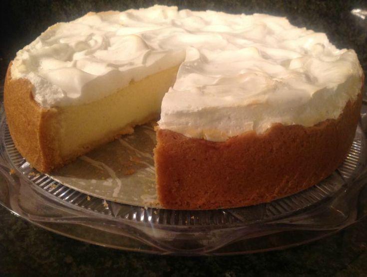 Hmmmm, de allerlekkerste en meest luchtige cheesecake met twee lagen. Hij is super makkelijk te maken. Je bakt hem de avond van te voren zodat hij een nacht goed kan opstijven in de koelkast.