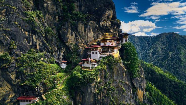 Bután donde lo principal es... ser feliz | Monasterio Taktsang Palphug el Nido del Tigre uno de los templos más bonitos del mundo #butan #buthan #paisaje #landscape #arquitectura #architecture #montañas #mountains #budismo #buddhism #trekking #taktsang #palphug #nido #tigre #nest #tiger #monasterio #monastery // Fot.: N.B.S. Balraj
