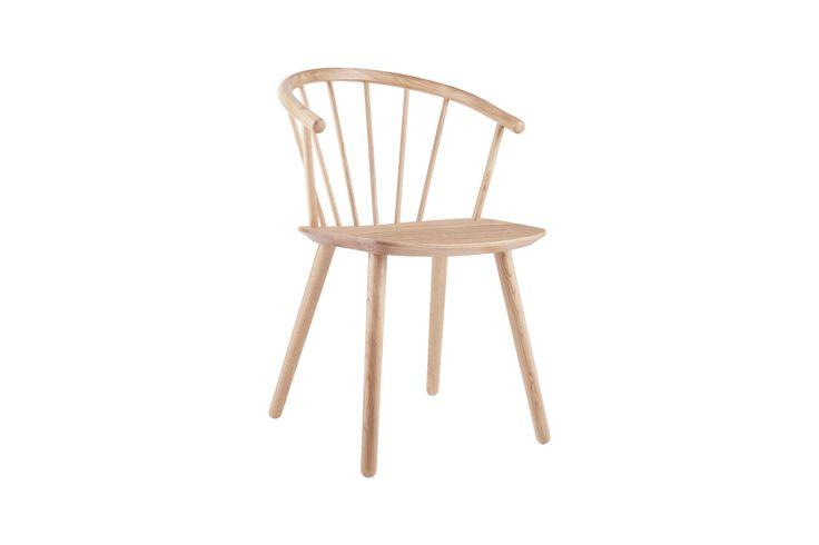 Dette er det vi kaller et skulpturelt stykke nordisk trehåndverk. Sleek er resultatet av et ønske om å benytte frest heltre for å definere en ny og moderne stol med klassiske referanser og en tidløs appell. Og med et avrundet sete med en myk kurve, er den en fornøyelse å sitte i – for korte eller lengre samtaler.