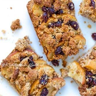 Maak eenvoudig met maar 7 ingrediënten deze glutenvrije, suikervrije, zuivelvrije, vegan appel crumble repen. De snelle mini appeltaart, maar dan met minder appels
