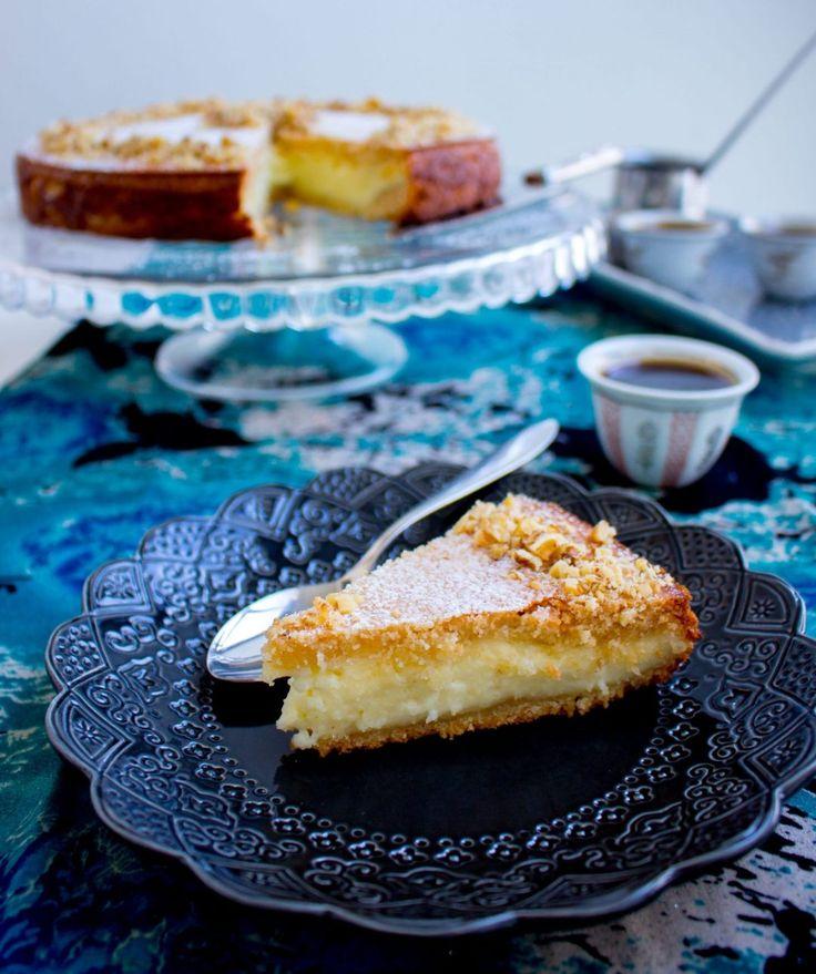 Maamoul är en omtyckt kaka i Mellanöstern som gärna serveras vid högtider. Det är små fyllda kakor, recept på dem hittar du HÄR! Maamoul mad är en annan variant på kakorna som istället görs i en stor kakform, enklare och snabbare att göra än små maamoul. Kakan görs på en mannagrynsdeg som fylls med en krämig fyllning. När kakan är klar serveras den med sirap bredvid. Ljuvlig att servera med en kopp arabiskt kaffe. 10-12 bitar maamoul mad bel ashta 3 dl mannagryn 3 dl vetemjöl 3 dl florsocker…