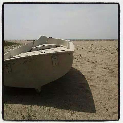 Barchetta bianca in un mare di sabbia