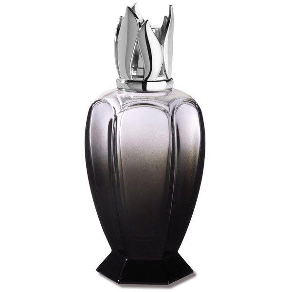 Lampe Athéna noire. Revisitée et modernisée, cette lampe Athéna enchantera votre intérieur de sa silhouette élancée, plus élégante que jamais. Un nouveau design mis en valeur par le verre teinté en dégradé pour encore plus de profondeur et un éclat incomparable.