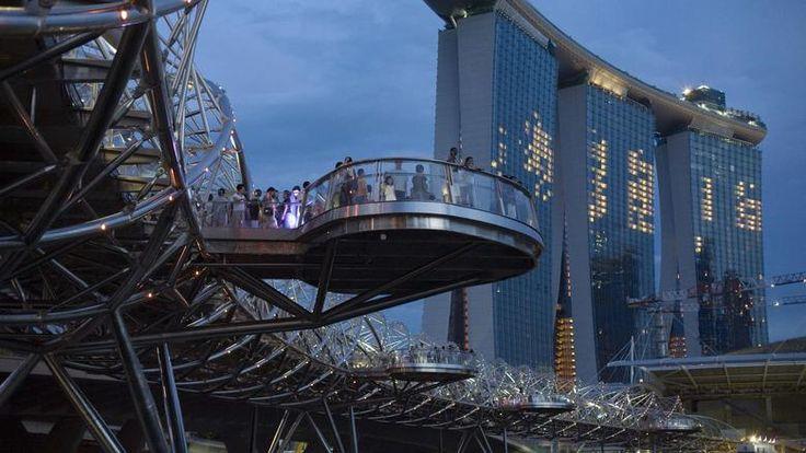 Helix Bridge, SingapurDie Stahlbrücke ist gerade einmal zwei Jahre alt und gehört schon zu den Siegern. Zu Fuß können Besucher die 228 Meter über lange Strecke über die Marina-Bucht laufen und dabei die Skyline Singapurs von vier Aussichtsplattformen bewundern. Die außergewöhnliche Form der Brücke ist dem menschlichen DNA-Strang nachempfunden. Nachts leuchtet die Brücke in rot-grün. Quelle: REUTERS