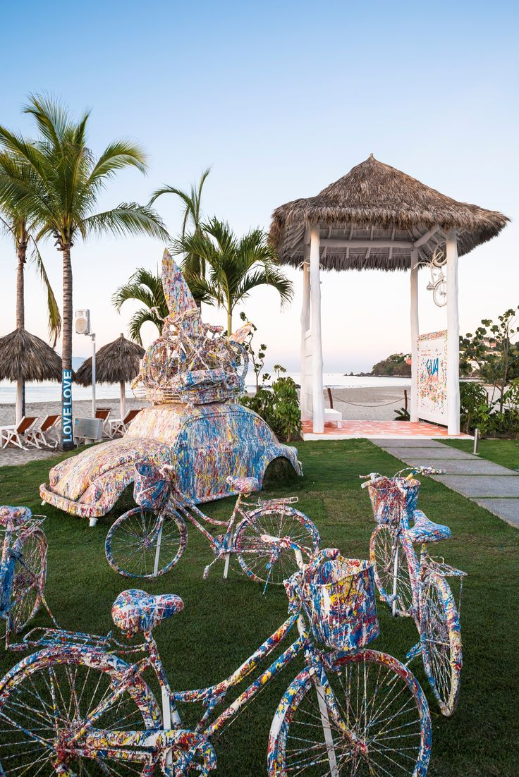 El Club de Playa Eva Mandarina es un establecimiento de playa que ofrece una amplia variedad de delicias mexicanas desde ceviches de mariscos y aguachiles de camarón hasta los tradicionales tacos de pescado fresco local del día.