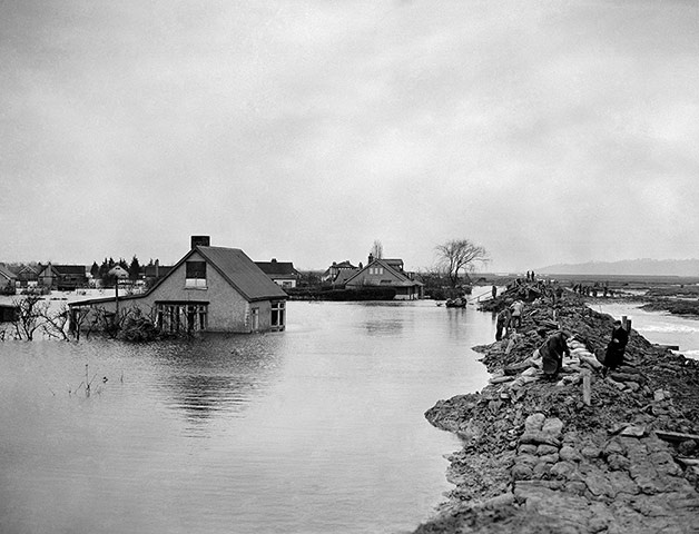 Floods 1953 Servicemen and civilian workers repairing sea defences at Canvey Island, Essex. Damage to those defences was the cause of the disastrous floods