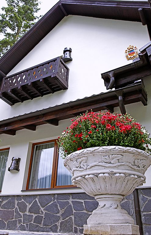 Princess of Transylvania - Vila boutique Sinaia - Hotels Sinaia - Vila PRINCESS OF TRANSYLVANIA se afla pozitionata in cartierul Cumpatu (vechiul cartier al artistilor din Sinaia). Situat pe malul drept al raului Prahova, in poiana larga de la poalele Bucegilor, cartierul Cumpatu, are o pozitie privilegiata fata de restul orasului beneficiind de o asezare deschisa, insorita si care ofera o larga perspectiva spre intreg masivul Bucegi, de la cota 2000 pana la Crucea Caraiman .
