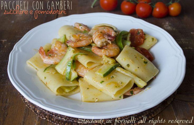 I paccheri con gamberi zucchine e pomodorini sono un primo piatto a base di pesce gustoso e semplice da preparare. Ricetta pasta gamberi e zucchine veloce.