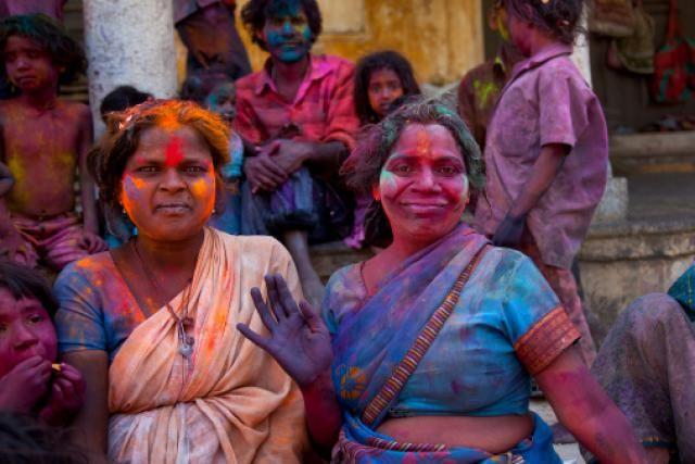 11 Colorful Photos of the Holi Festival in India: Family Holi Celebration