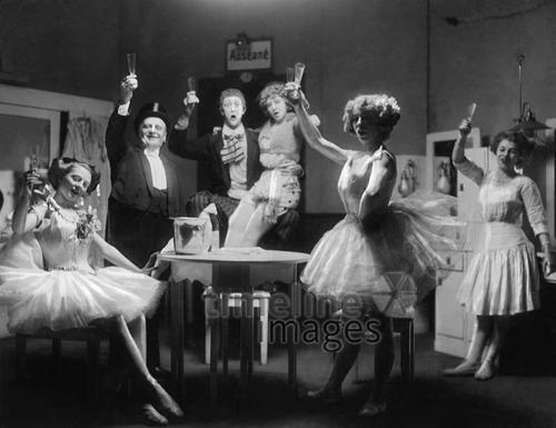 Silvesterfeier in einer Variete-Garderobe ullstein bild - Zander & Labisch/Timeline Images, 1911 #Feiern #Silvester #Neujahrsfeier #Neujahrstag #31.Dezember #Jahresende #Party #Brauchtum #historisch #schwarzweiß #historical #Nostalgie #nostalgisch #Partyoutfit  #vintage #Ballerina #Variété #Prosten #Champagnergläser #Künstler