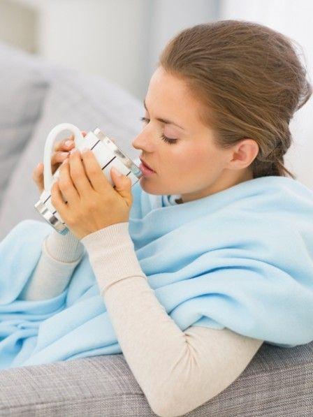 Die absolute Geheimwaffe bei Erkältung: ein Tee aus Ingwer und Kurkuma. So einfach machst du den antibakteriellen und entzündungshemmenden Tee selbst.