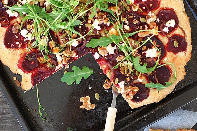 Detta är en fantastiskt god pizza med de härliga kombinationerna rödbetor, getost, honung och valnötter. Pizzan passar perfekt som en middag toppad med fräsch rucolasallad och ärtskott men fungerar lika bra som drinktilltugg eller på buffébordet, då uppskuren i små bitar.