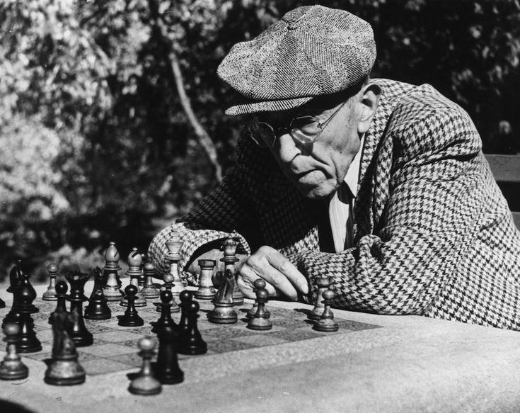 IlPost - Scacchi a Central Park - Un uomo gioca a scacchi nella Casa degli scacchi a Central Park, che era stata appena costruita: i giocatori possono tuttora affittare i pezzi per giocare o portarli da casa, mentre la scacchiera è dipinta sui tavolini in pietra. La foto è stata scattata a New York, il 3 dicembre del 1952.  (Keystone Features/Getty Images)