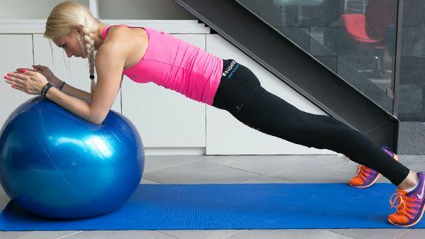 Silný střed těla díky gymnastickému míči