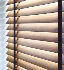 Puur wonen - Bece -  Natuurlijk Typische pure producten uit de bécé collecties zijn de prachtige, brede houten jaloezieën en de natuurlijke plisségordijnen, die zijn geïnspireerd op de natuur.