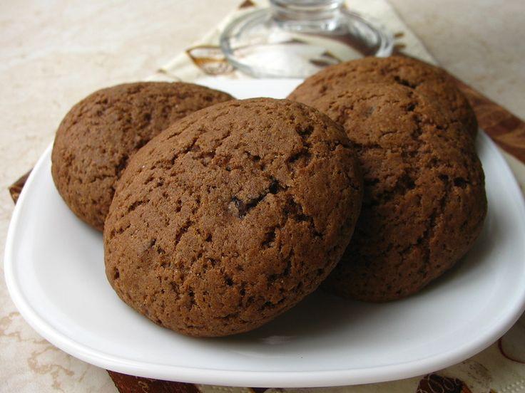 """Печенье """"Черный лес"""" Ингредиенты (на 24 шарика диаметром 2,5 см) ¾ ст. муки ½ ст. сахара ½ ч.л. разрыхлителя щепотка соли 55 гр растопленного сливочного масла 1/3 ст. какао 1 яйцо 1 ч.л. кофе, разбавленная в 2 ст.л. кипятка 1 ч.л. ванильного экстракта 1/3 ст. сушеной вишни 1/3 ст. шоколадных капель ½ ст. сахарной пудры"""