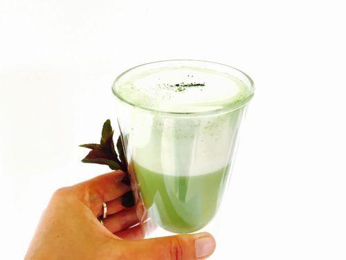 Niet iedereen kan wennen aan de specifieke smaak van matcha thee. Je kunt er dan een variatie op maken. Matcha latte, groene thee uit Japan maar dan anders.