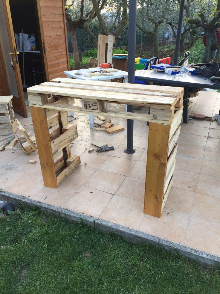 Tavolo per drink e party in costruzione con recupero pallet