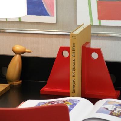 O Suporte de Livro Bolado é um aliado na organização de prateleiras, armários e escrivaninhas.