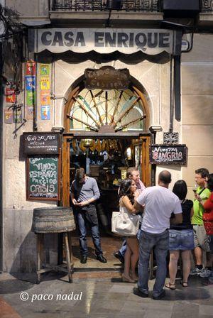 Casa Enrique (Acera del Darro, 8), el bar más antiguo de Granada (1870), es la típica taberna andaluza, con más solera que las piedras de la Alhambra. Pero son también los más originales: aquí la tapa no va incluida; embutidos y quesos excepcionales.