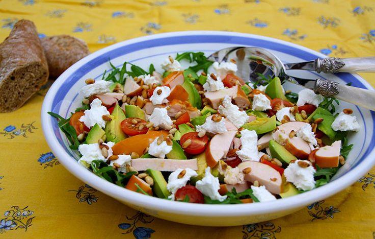 Lente salade met gerookte kip, avocado en geitenkaas