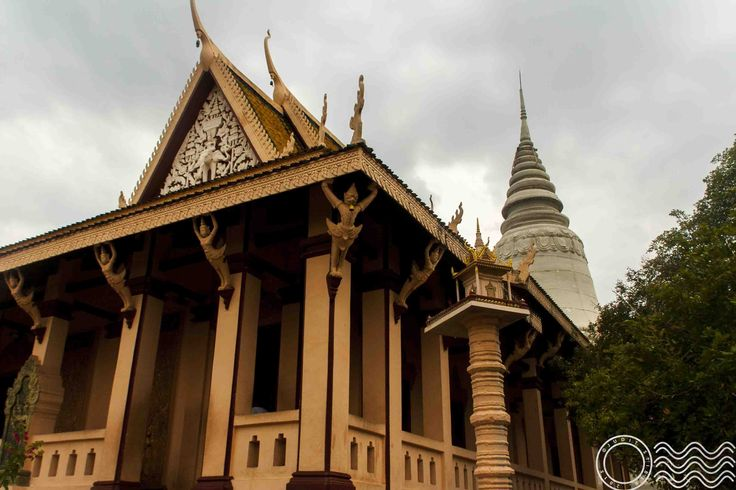 Visiting Wat Phnom in Phnom Penh with pictures. Then a short presentation of the Night Market of Phnom Penh, our favourite dinner place.