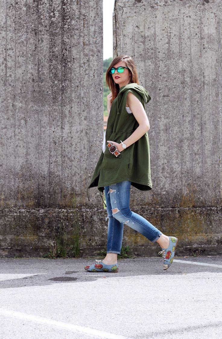 Amemipiacecosi Fashion Blog: #Outfit: #Parka verde smanicato, ripped jeans e #scarpe #oxford con stampa #fumetto