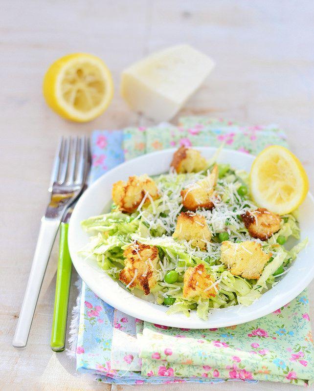 Салат из капусты с горошкам и гренками