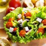 Салат на Пасху: жизнерадостный греческий салат и салат подсолнух. Как делать греческий салат знают греки, они дали ему название Хориатики. Привычный набор овощей для греческого салата может немного меняться. Главной изюминкой этого салата является мягкий сыр фета, который изготавливают из овечьего молока.