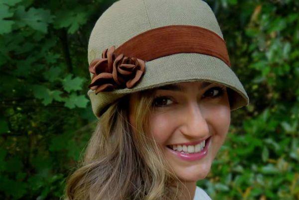 crédit photo Wendy Talené sur le blog de Sew Mama Sew J'adore le look de ce chapeau cloche délicieusement rétro! C'est plus un modèle d'automne que d'été et son petit nom est Rosabelle Cloche. C'est un chapeau élégant, orné de jolies roses en tissu, faites main. Si vous aimez les chapeaux, celui-ci sera une jolie addition à votre collection. Sinon, vous pourrez le confectionner pour un enfant puisque le patron est disponible dans toutes les tailles, de la taille bébé (tour de tête de 48 cm)…