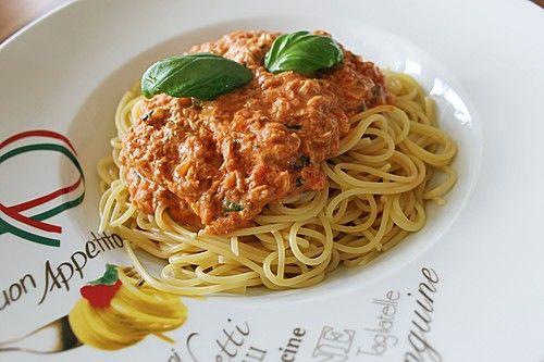 Nudeln in leichter, sämiger Thunfisch-Tomaten-Käse Sauce,   1 DoseThunfisch in Wasser 1 großeZwiebel(n), gewürfelt 1 Knoblauchzehe(n), gepresst 4 ELPizzatomaten, bis ca, 1 Dose, oder frische Tomatenwürfel 4 ELSchmelzkäse (light 10%) 2 ELsaure Sahne  etwasGemüsebrühe, instant  vielBasilikum, frisch oder TK 200 gNudeln  Salz und Pfeffer 1 ELTomatenmark  etwasZucker 1 TLÖl