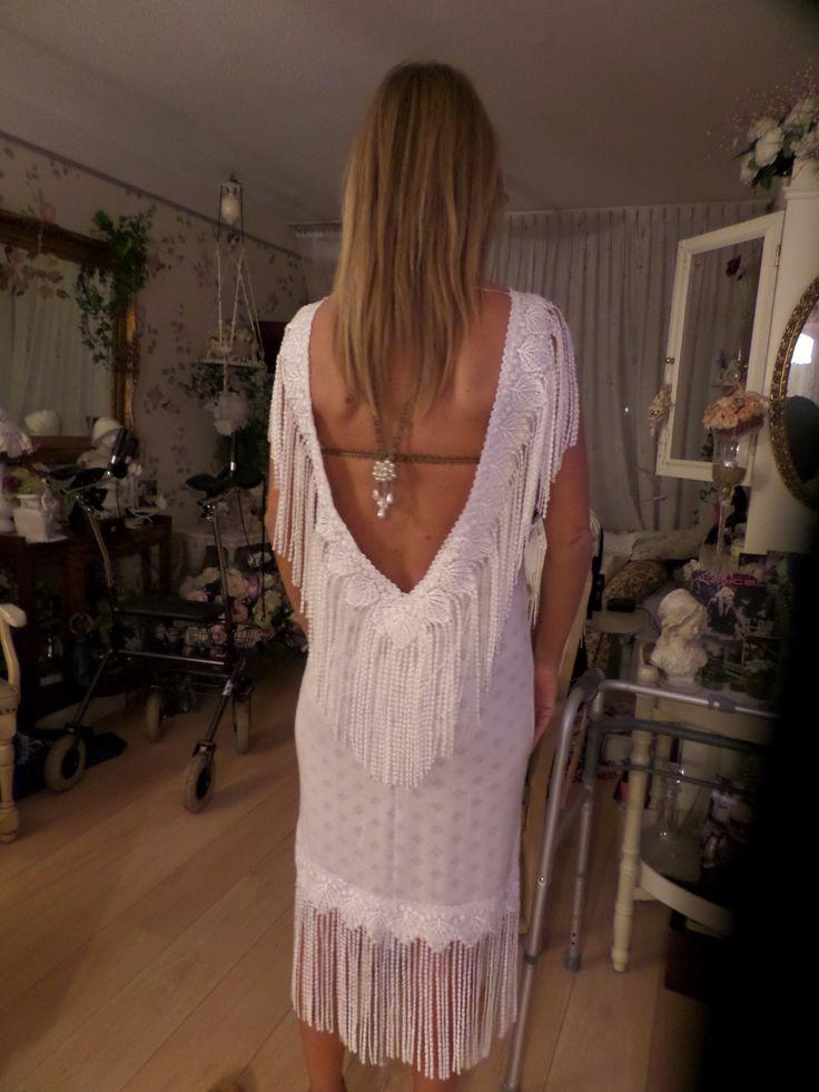 DE jurk op de rug, de bh aangepastsluiting is nu bronzen bandje, ketting met parels bijpassend  aan de jurk.
