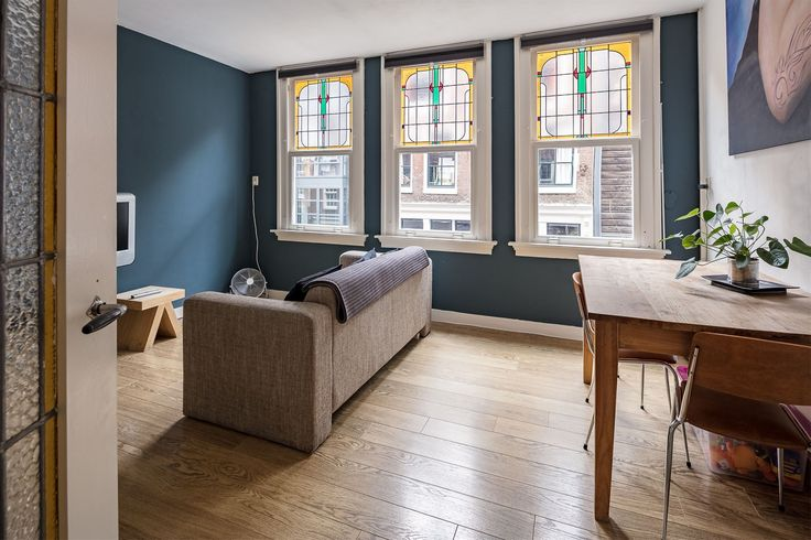 Heerlijk compact wonen op een superleuke plek ! Sfeervol appartement van 35m2 met een dakterras van 10m2 in het hartje van de Jordaan nabij de Elandsgracht.  Indeling: Portiek, ruim en keurig trappenhuis, entree van de woning op de eerste verdiepin