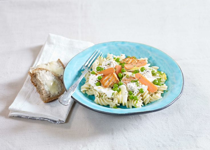 Denne gode pastaretten med fersk laks og deilige grønnsaker er mild på smak, og passer derfor ekstra godt for en kresen barnegane. Voksne vil også like den.