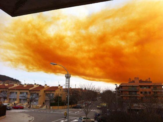 Una explosión en empresa química provoca una nube tóxica en Igualada.
