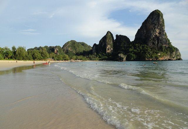 Railay West Beach, Krabi.  E' qui lungo le spiagge di Railay che trovi i più bei panorami di tutta la costa thailandese. Non c'è nessun altro luogo in tutta la Thailandia che risulti altrettanto spettacolare. Lo scenario naturale di ripide montagne ricoperte di giungla che scendono a picco sul mare è addirittura superlativo.