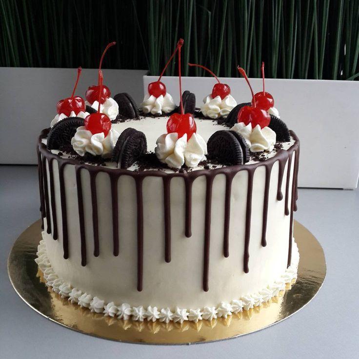 Вот это окончательный вариант моего декора. В таком виде торт поехал поздравлять именинницу.  Теперь расскажу о шоколадных подтёках. Я уже вам рассказывала, но ради вновь прибывших повторю. 70 грамм шоколада 56% и 35 грамм сливочного масла 82.5% ставим на водяную баню. Будьте внимательны, чтобы шоколад не перегрелся. Растопили и сняли с бани. Торт простоял минимум 5 часов в холодильнике. Шоколад должен с ложки стекать густой струйкой. Аккуратно с помощью ложки начинаем наносить шоколад, как…