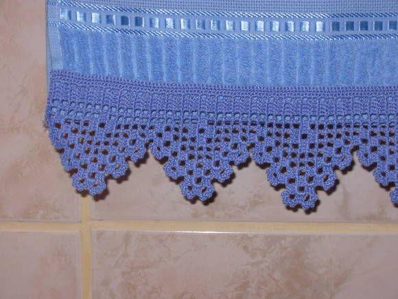 Toalha de Lavabo bordada em ponto cruz com barrado em crochê. (MODELO - VENDIDO) Marca: Karsten