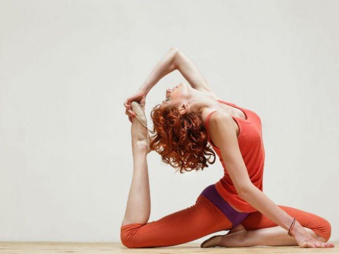 Existen posturas de yoga que te ayudarán a mantener un abdomen plano. La cobra es una de las posturas de yoga que te ayudarán a sentirte bien. Las posturas de yoga son buenas para tu salud física y mental.