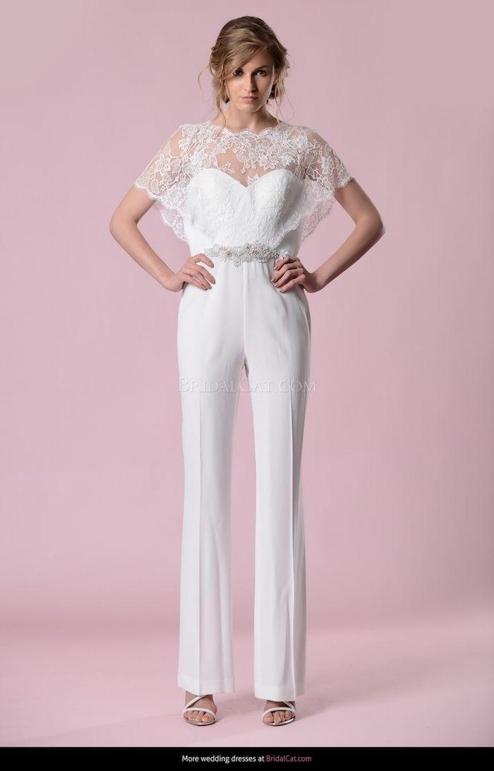 cbfa6a062d7 eleganter jumpsuit in weißer farbe mit silbernen dekorationen an der taile  und spitze motive schleife deko