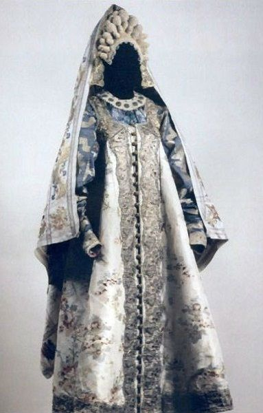 Wedding attire from Pskov Province, Russia. Late 18th - early 19th centuries. An exhibit from the Russian Museum of Ethnography. #Russian #folk #national #costume