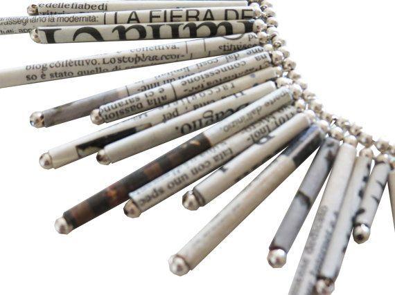 Diese schöne radiale Zeitung Halskette ist mit Silber Kugeln und Papier Rollen aus recycelte Seiten vom einer Tageszeitung hergestellt. Festgerollt und gesichert mit Weißleim ist sie geschützt vor Feuchtigkeit und Schweiß. Die Rollen sind mit einem dauerhaften gedeckten Stahldraht montiert und mit ca.150 Silber 925 ° Kugeln verschönert. Sie hat einen Verstellbaren Verschluss aus mit 925 ° Silber-Kette und Karabiner.    Zur Reinigung empfehlen Ich ein Putztuch fur Silber.    Dank des Schutzes…