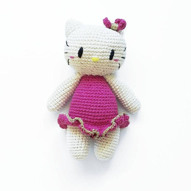 Hello kitty with gold ❤ #hellokitty #hellokittycrochet #kawaii #kawaiicrochet #amigurumi #crochetamigurumi #crochetgirlgang #crochet #virka #virkadleksak #crochettoy #kitty #crochetkitty #diy #instacrochet #etsygram #etsy #giftforkids #doppresent #dopgåva #virkattillbarn #virkmönster #crochetpattern