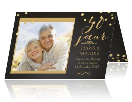 Uitnodiging voor 50 jubileum zwarte look en gouden confetti