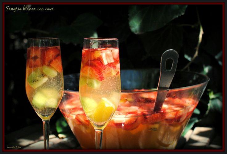 Sangría blanca a base de cava y frutas, refrescante y deliciosa para estos días de calorcito!! http://www.tererecetas.com/2015/04/sangria-blanca-con-cava.html