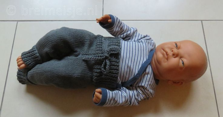 Dit is een ideaal babybroekje voor een pasgeboren baby. Zacht, comfortabel en warm. Bekijk het patroon om dit broekje te breien, stap voor stap uitgeschreven incl. foto's.