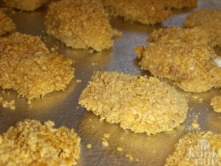 Deze zelfgemaakte kipnuggets zullen een enorm succes zijn bij de kinderen! Je hebt er maar 5 ingrediënten voor nodig!